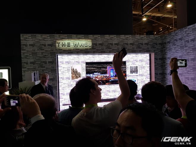 Siêu phẩm The Wall của Samsung đã thu hút được rất nhiều sự chú ý từ phía khách tham quan tại CES 2018 bởi tính đột phá cũng như những công nghệ tương lai mà thiết bị này mang lại.