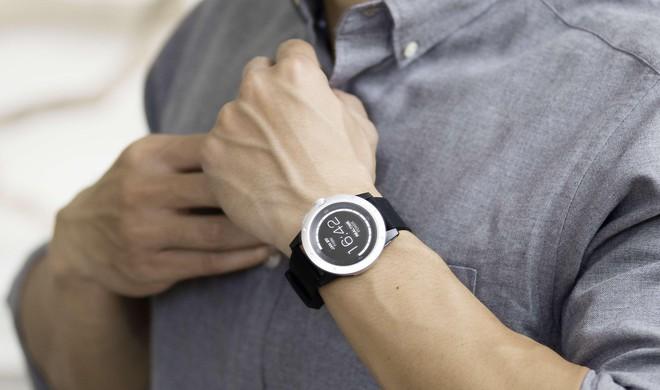 [CES 2018] Chiếc smartwatch này có thể tự sạc bằng nhiệt độ cơ thể của bạn hoặc bằng năng lượng mặt trời - Ảnh 1.