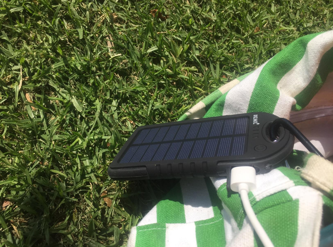 Dizaul không cần sạc điện mà chỉ cần tiếp xúc với ánh mặt trời trong vòng 6 tiếng là nguồn năng lượng sẽ được phục hồi. Bộ sản phẩm sạc được kèm một chiếc móc để người dùng dễ dàng gài pin bên ngoài balo.