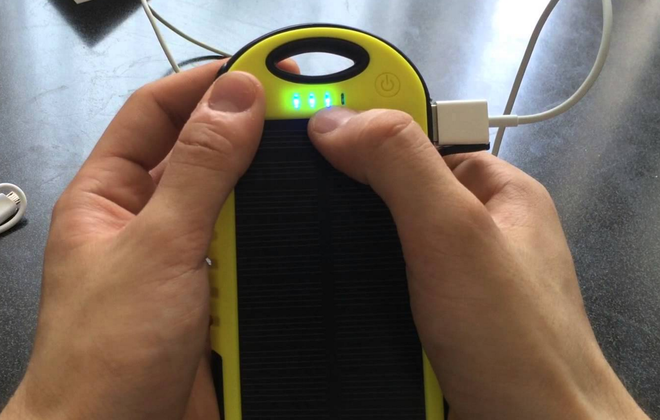 Mặt pin sạc có 4 đèn LED thay đổi màu, thông báo mức năng lượng, tình trạng sạc.
