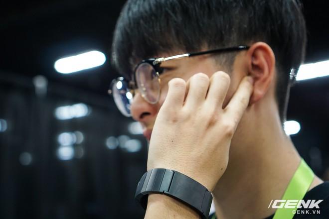 Với vòng đeo Sgnl, người dùng sẽ có một phong cách nghe điện thoại rất chất