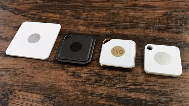 Các thiết bị định vị Bluetooth của Tile bao gồm Tile Slim, Tile Sport, Tile Style và Tile Matte (từ trái qua).