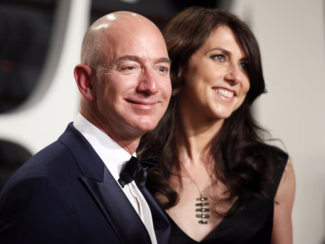 Đằng sau cuộc tình rửa bát cho vợ 25 năm vẫn ly hôn của tỷ phú giàu nhất thế giới Jeff Bezos - Ảnh 1.