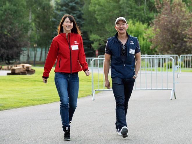 Đằng sau cuộc tình rửa bát cho vợ 25 năm vẫn ly hôn của tỷ phú giàu nhất thế giới Jeff Bezos - Ảnh 11.