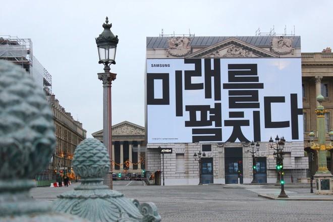 Bằng hai tấm biển quảng cáo, Samsung xác nhận ngày ra mắt smartphone màn hình gập Galaxy Fold - Ảnh 1.