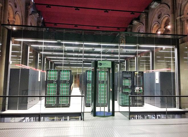 Trung tâm dữ liệu đẹp nhất thế giới là một siêu máy tính đặt trong nhà thờ Chúa có từ thế kỷ 19 - Ảnh 1.