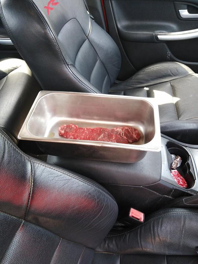 Nắng nóng cực độ lên tới 45,8 độ C, một anh người Úc nấu luôn bít-tết trong ô tô - Ảnh 1.