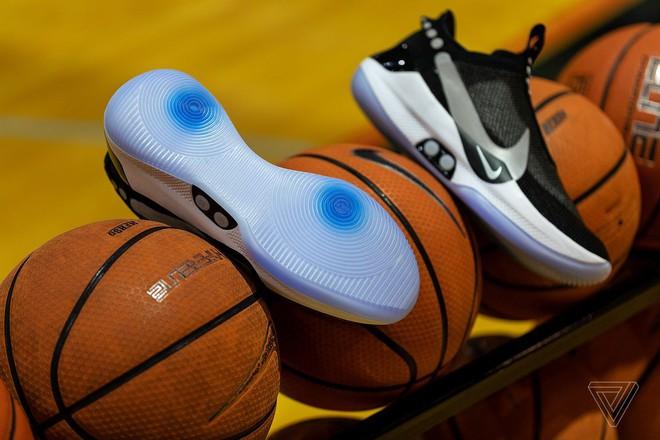 Trên tay giày tự thắt dây, điều khiển bằng ứng dụng di động của Nike - Ảnh 1.