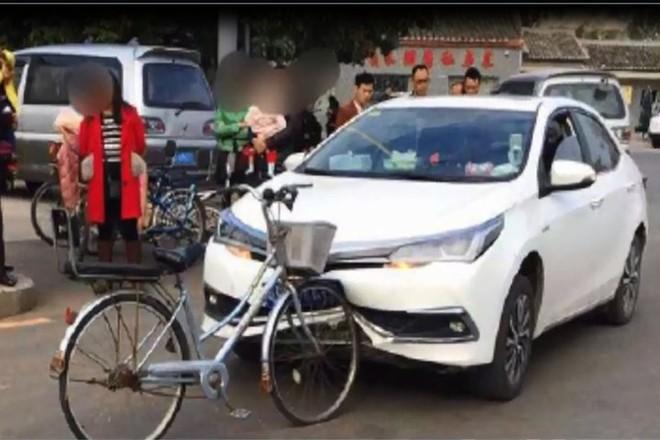 Xe đạp Trung Quốc đâm móp đầu ô tô Nhật nhưng không hề hấn gì - Ảnh 2.
