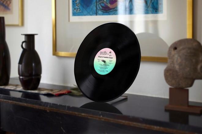 Đĩa nhựa Vinyl giờ cũng biến thành loa Bluetooth được, âm thanh trong trẻo, bass đầy đặn mà còn được tiếng bảo vệ môi trường - Ảnh 1.