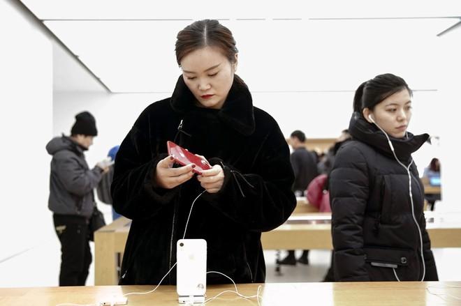 Biên tập viên New York Times chia sẻ: bố tôi vừa bán iPhone để mua smartphone Huawei - Ảnh 1.