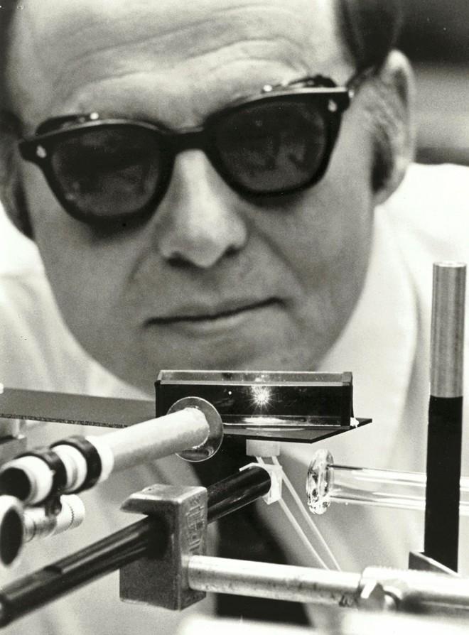 Cụ Arthur Ashkin, người giành giải Nobel cao tuổi nhất thế giới đang phát triển công nghệ năng lượng rẻ như đất và cực sạch - Ảnh 3.