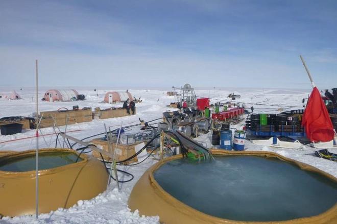 Dùng khoan nước nóng, các nhà khoa học khoan được hố sâu kỷ lục tại Nam Cực: tận 2.152 mét! - Ảnh 1.
