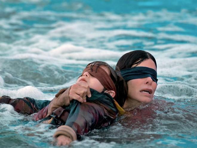 Bird Box Challenge là gì và lý do Netflix yêu cầu người hâm mộ tuyệt đối không nên bắt chước - Ảnh 2.