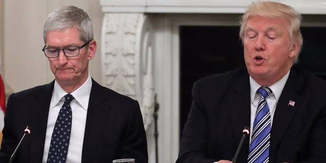 CEO Tim Cook khẳng định cuộc chiến tranh thương mại của Tổng thống Trump với Trung Quốc là nguyên nhân chính khiến doanh số iPhone sụt giảm - Ảnh 1.