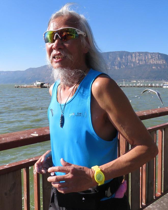 Bí quyết sống đơn giản của cụ ông chinh phục Everest ở tuổi 70, có thể đạp xe 1700km hay chạy marathon 4 tiếng liên tục - Ảnh 1.