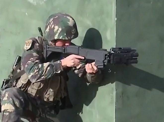 Xem đặc nhiệm Trung Quốc phô diễn vũ khí cây nhà lá vườn: súng tự bẻ nòng để bắn cho an toàn - Ảnh 1.