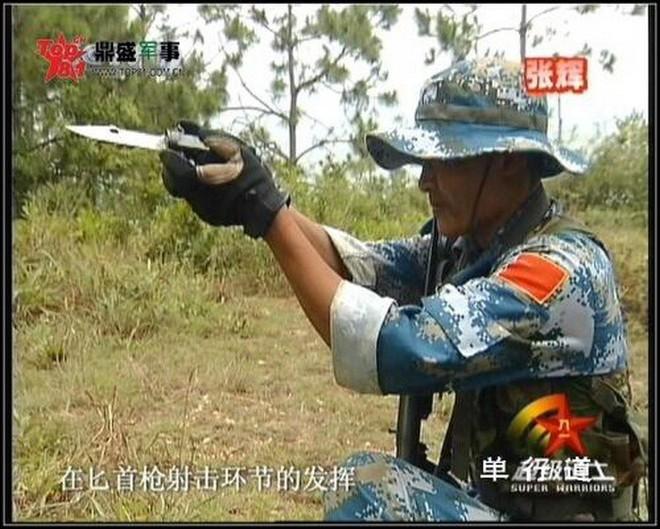Xem đặc nhiệm Trung Quốc phô diễn vũ khí cây nhà lá vườn: súng tự bẻ nòng để bắn cho an toàn - Ảnh 2.