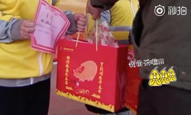 Các trường học Trung Quốc thi nhau tặng thịt lợn, chân giò cho học sinh xuất sắc để ăn Tết Kỷ Hợi - Ảnh 1.
