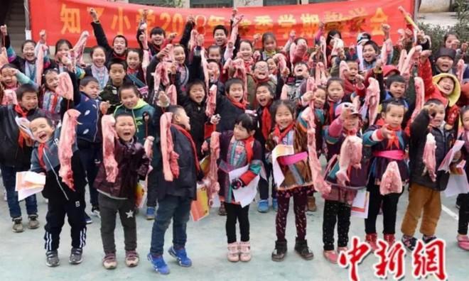 Các trường học Trung Quốc thi nhau tặng thịt lợn, chân giò cho học sinh xuất sắc để ăn Tết Kỷ Hợi - Ảnh 2.