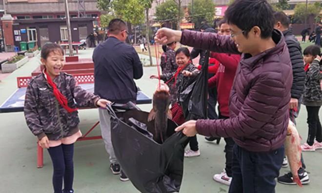 Các trường học Trung Quốc thi nhau tặng thịt lợn, chân giò cho học sinh xuất sắc để ăn Tết Kỷ Hợi - Ảnh 3.