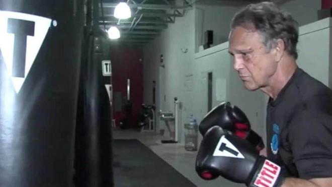 Trấn lột đúng cụ ông từng 5 lần vô địch kickboxing thế giới, tên cướp lĩnh ngay bài học nhớ đời - Ảnh 2.