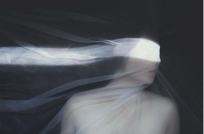 Nhìn cuộc đời qua con mắt của người trầm cảm với bộ ảnh siêu thực từ nghệ sĩ Gabriel Isak - Ảnh 1.