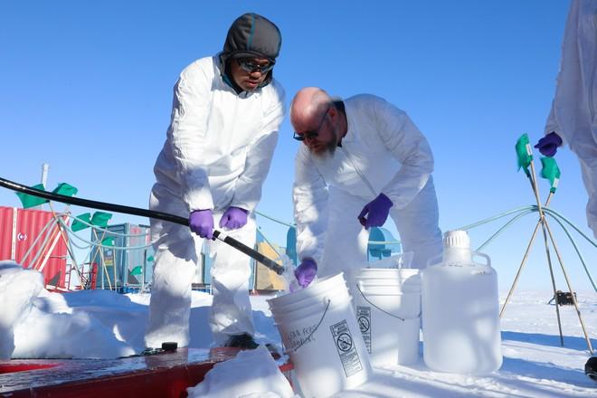 Khoan xuyên lớp băng 1000m tại Nam Cực, các nhà khoa học phát hiện hồ nước khổng lồ lớn gấp đôi Manhattan - Ảnh 2.