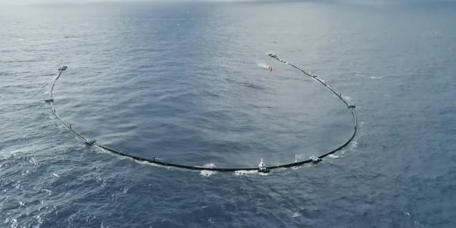 Hệ thống dọn rác biển của tài năng trẻ 24 tuổi gặp hư hại nặng, đang phải kéo về bờ để sửa chữa - Ảnh 1.