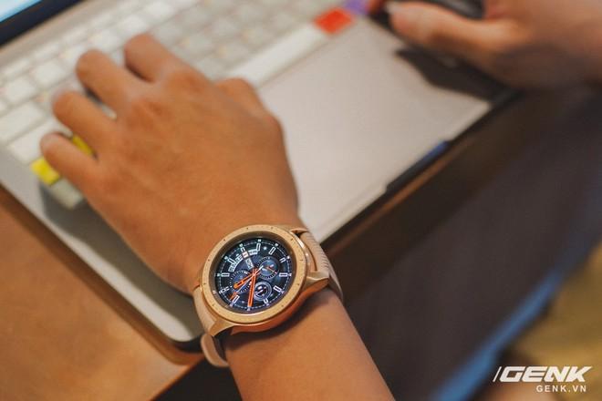 Cận cảnh đồng hồ Samsung Galaxy Watch chính thức tại Việt Nam: kiểu dáng thanh lịch, màu sắc thời trang giá 7 triệu đồng - Ảnh 1.