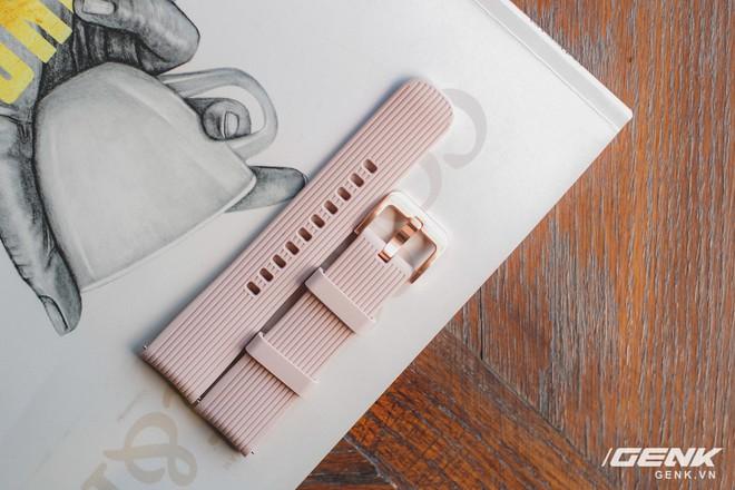 Cận cảnh đồng hồ Samsung Galaxy Watch chính thức tại Việt Nam: kiểu dáng thanh lịch, màu sắc thời trang giá 7 triệu đồng - Ảnh 5.