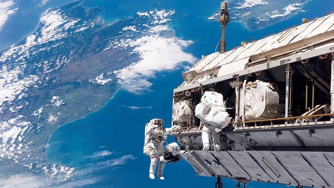 Một phi hành gia đã nhỡ tay bấm gọi 911 từ trạm Vũ trụ Quốc tế ISS - Ảnh 1.