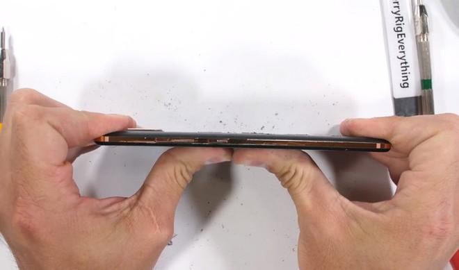 JerryRigEverything công bố danh sách những chiếc smartphone bền bỉ và yếu ớt nhất năm 2018 - Ảnh 4.