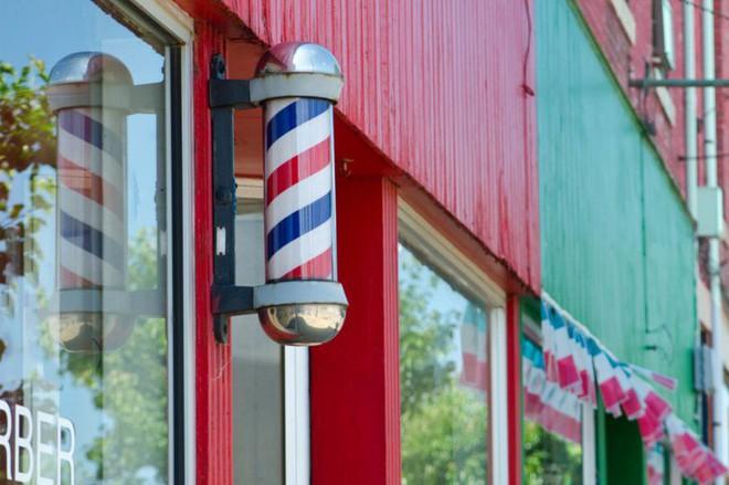 Lý do sâu xa giải thích vì sao các quán cắt tóc nam lại trang trí bằng chiếc đèn quay xanh đỏ này - Ảnh 4.