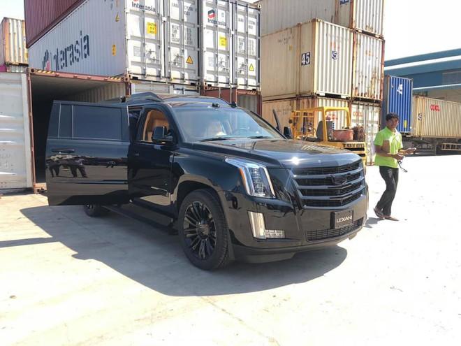 Siêu xe Cadillac Escalade độ lại nội thất, gắn TV Samsung 48 inch chuẩn bị về Việt Nam - Ảnh 1.