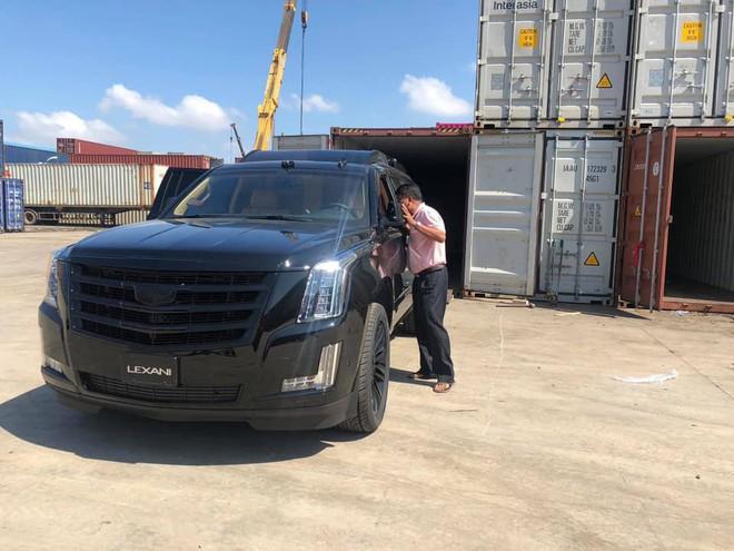 Siêu xe Cadillac Escalade độ lại nội thất, gắn TV Samsung 48 inch chuẩn bị về Việt Nam - Ảnh 2.