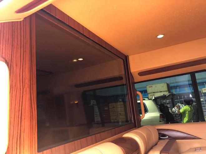 Siêu xe Cadillac Escalade độ lại nội thất, gắn TV Samsung 48 inch chuẩn bị về Việt Nam - Ảnh 3.