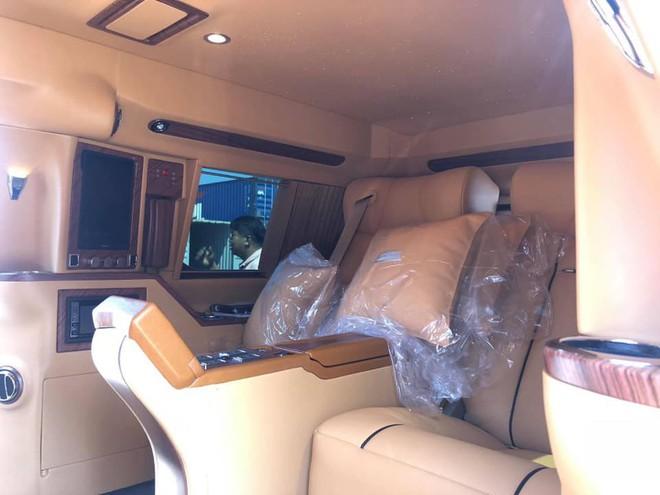 Siêu xe Cadillac Escalade độ lại nội thất, gắn TV Samsung 48 inch chuẩn bị về Việt Nam - Ảnh 4.