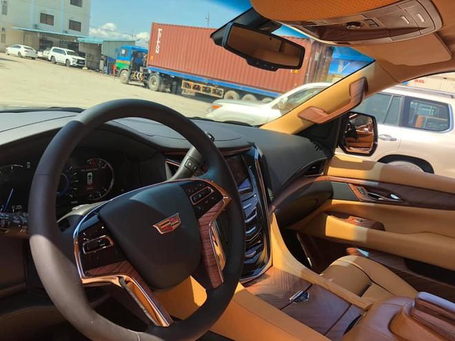 Siêu xe Cadillac Escalade độ lại nội thất, gắn TV Samsung 48 inch chuẩn bị về Việt Nam - Ảnh 5.