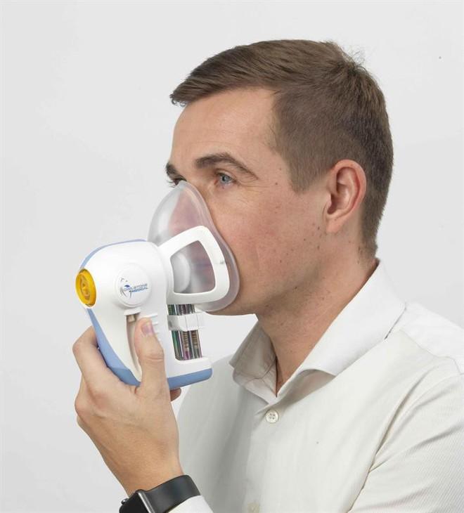 Các nhà khoa học Anh đang thử nghiệm một cỗ máy phát hiện ung thư trong hơi thở - Ảnh 1.