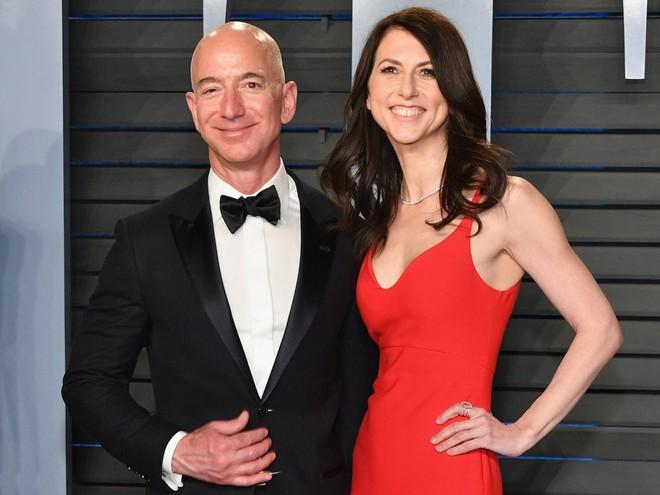 CEO Amazon Jeff Bezos ly dị vợ sau 25 năm chung sống - Ảnh 1.