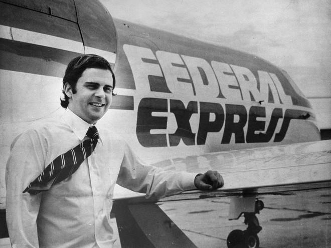 Bạn có biết: FedEx từng suýt phá sản, may mà nhà sáng lập cầm hết tiền quỹ đi đánh bạc để cứu công ty và thành công - Ảnh 1.