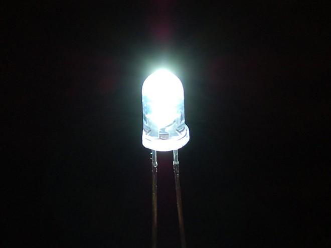 Nhóm các nhà khoa học làm ra được pin Mặt Trời ngược, ở trong bóng tối cũng tạo được điện - Ảnh 1.