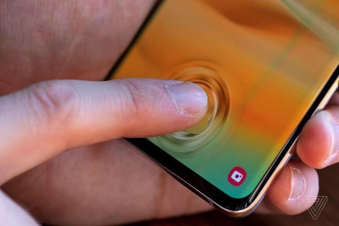Mang Galaxy S10 đi dán màn hình xong, người phụ nữ hốt hoảng vì bất kỳ ai cũng có thể qua mặt vân tay siêu âm của máy - Ảnh 4.