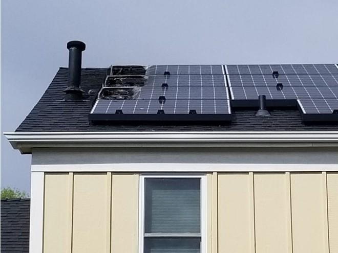 Pin mặt trời Tesla không an toàn 100%, có nóc nhà đã bốc cháy - Ảnh 1.