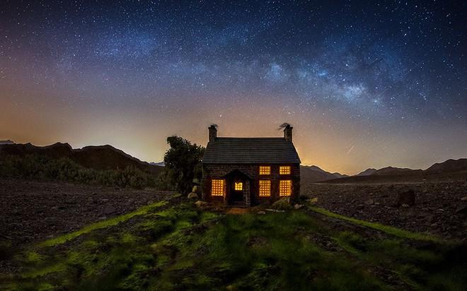 Ngắm những ánh trăng lừa dối tuyệt đẹp từ nghệ thuật chụp ảnh thiên văn bằng tiểu cảnh - Ảnh 1.