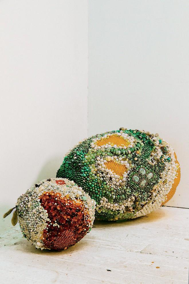 Nghệ sĩ Kathleen Ryan chứng minh cho ta thấy hoa quả thối cũng có vẻ đẹp riêng - Ảnh 2.