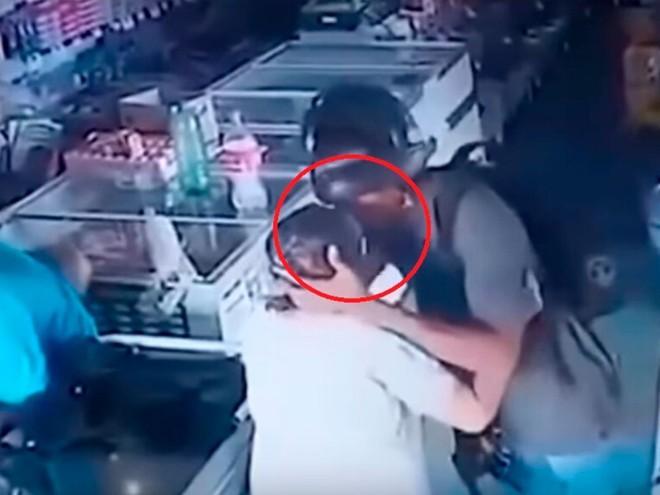Tình huống dở khóc dở cười: tên cướp có vũ trang từ chối lấy tiền của bà cụ, lại còn hôn lên trán cụ một cái âu yếm - Ảnh 3.