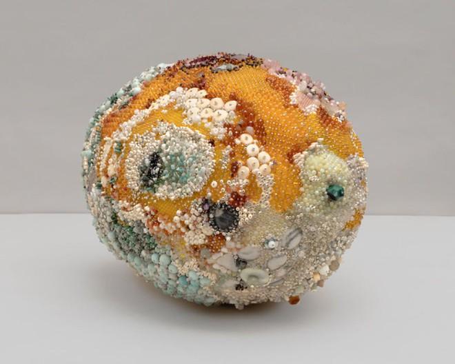 Nghệ sĩ Kathleen Ryan chứng minh cho ta thấy hoa quả thối cũng có vẻ đẹp riêng - Ảnh 8.