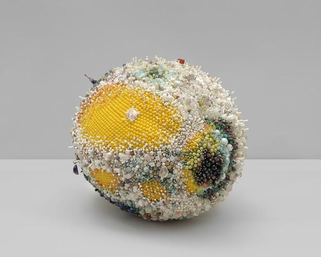 Nghệ sĩ Kathleen Ryan chứng minh cho ta thấy hoa quả thối cũng có vẻ đẹp riêng - Ảnh 9.